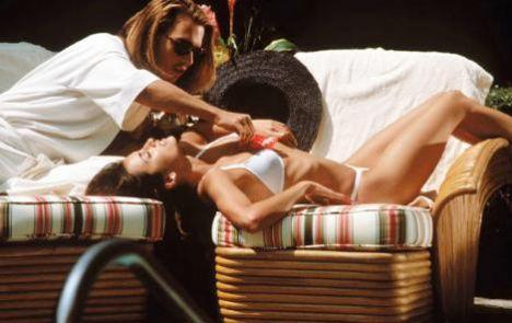 Denizden öyle bir çıktılar ki onları kimse unutamadı. İşte beyazperdenin en ünlü bikinili ve mayolu güzelleri ve onları ünlü yapan filmler.   Bu sahne Penelope Cruz ile Johnny Depp'in başrollerini paylaştığı Blow (Beyaz Şeytan) adlı filmden.